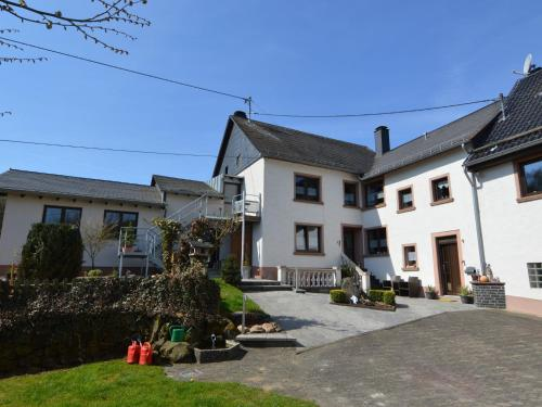 . Spacious Farmhouse in uxheim with Garden