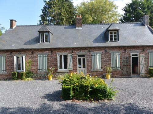 . Child-friendly Hilltop Cottage in Englancourt