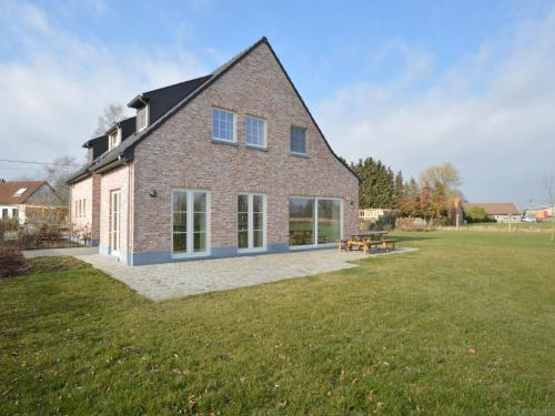. Spacious Holiday Home in Sint-Amands with Garden