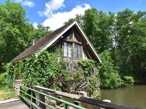 . Peaceful Holiday Home in Burgundy, next to River