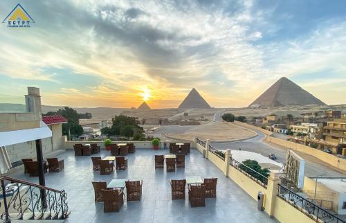 . Egypt pyramids inn
