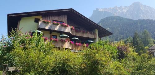 Gästehaus Schoeneweiß - Accommodation - Ehrwald