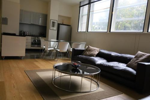 . The Walkup: Luxury Central 3BD Apartment+Gym+Pool