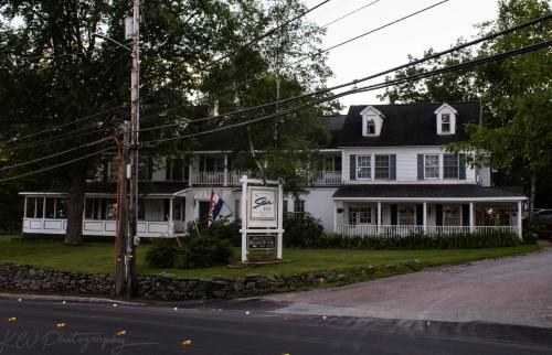 The Stowe Inn and Tavern - Hotel - Stowe