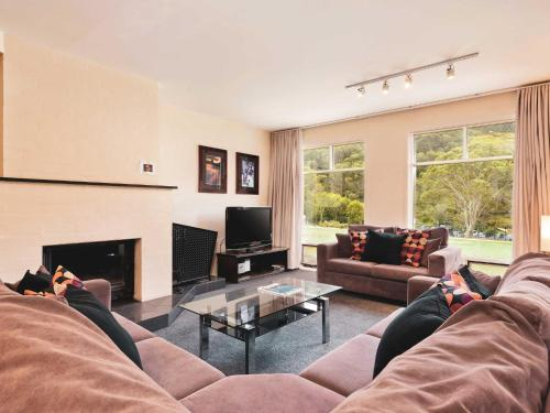Village Green 2 Bedroom loft townhouse with views fireplace and garage parking - Chalet - Thredbo