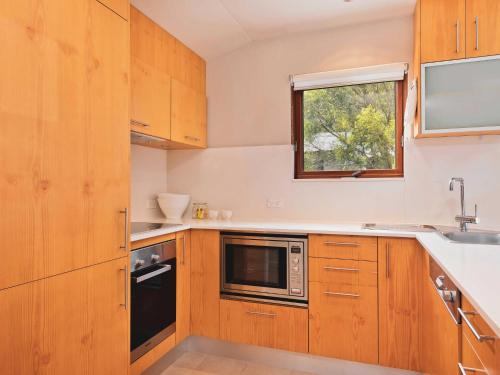 Snow Stream 2 Bedroom and loft with gas fire garage parking and balcony - Chalet - Thredbo