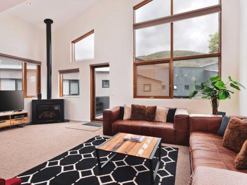 Snow Stream 3 Bedroom and loft with gas fire garage parking and balcony - Chalet - Thredbo