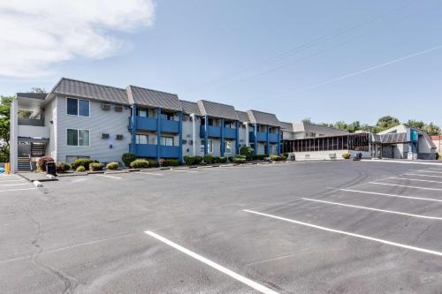 . Days Inn & Suites by Wyndham Spokane