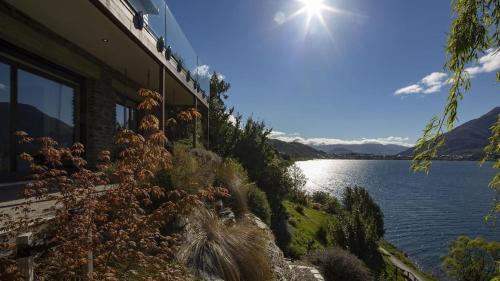 Kohanga Luxury Lakeside Villa by Amazing Accom - Hotel - Queenstown