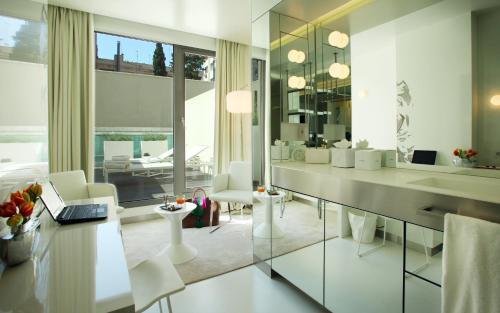 Habitación Doble Superior con terraza - Uso individual The Mirror Barcelona 27