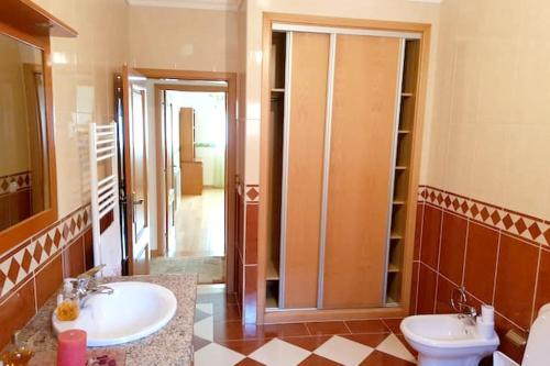 . House with 4 bedrooms in Leiria with enclosed garden and WiFi