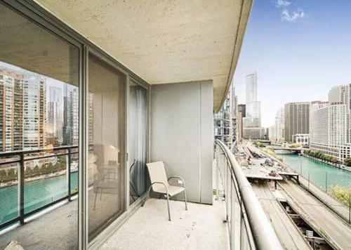 Wonderful Waterfront Downtown Chicago - 2 Bedroom Condo in the Sky 4 Guests