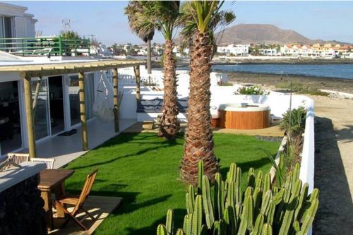 Villa Maluhia Beachfront-Exterior jacuzzi sea view