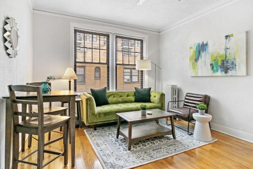 Artistic Flair 1 Bedroom Apartment In Lakeview