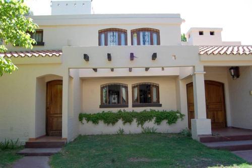 Jardín y pileta hermosa casa en Chacras