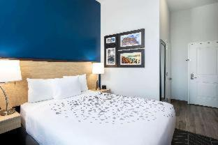 La Quinta Inn and Suites by Wyndham Long Island City - image 9