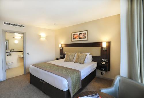 Heston Hyde Hotel salas fotos