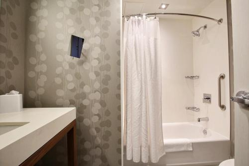 Courtyard By Marriott Quebec City - Photo 3 of 42
