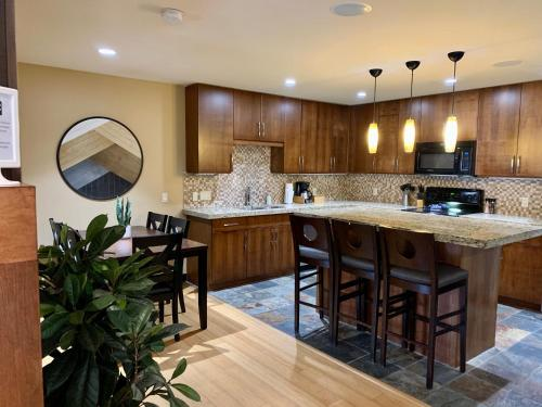 Luxurious Condo with Spa, Steam Room & Hot Tub hosted by Fenwick Vacation Rentals
