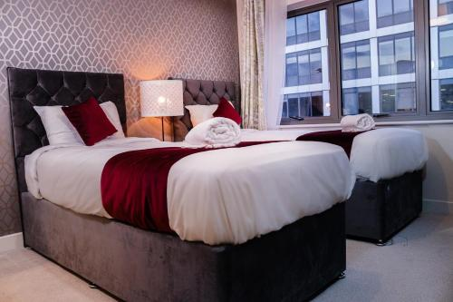 . 2 Bedroom 2 Bathroom Quality Serviced Accommodation Perfect for Contractors & Families, FREE Parking & WiFi with 1 Double, 2 Single Beds by Firoz Property Management