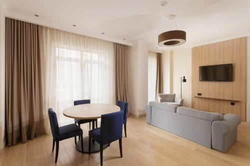 1 Bedroom Suite, 1 King, Resort view