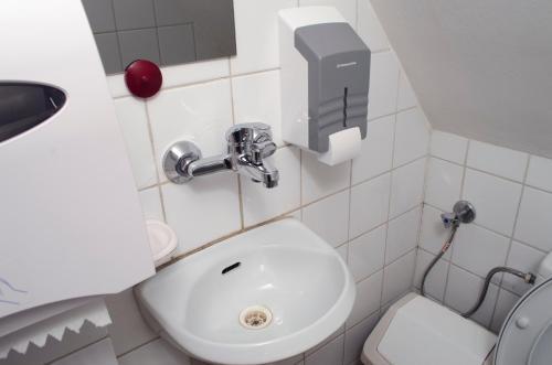 Cameră cvadruplă cu toaletă privată (Quadruple Room with Private Toilet)