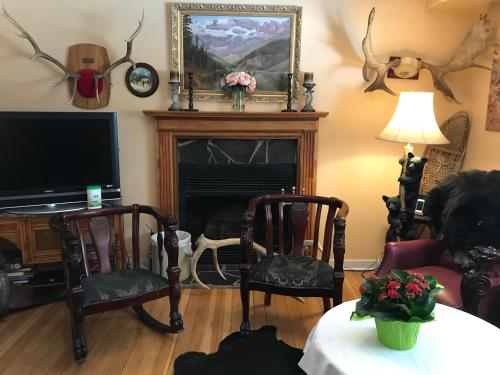 Holiday Lodge Bed and Breakfast - Accommodation - Banff