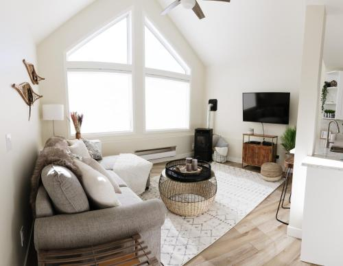 Bright and modern, SKI IN/OUT w/ a cozy fireplace! - Apartment - Big White