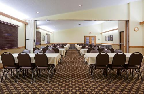 AmericInn by Wyndham Fergus Falls - Conference Center - Fergus Falls, MN 56537