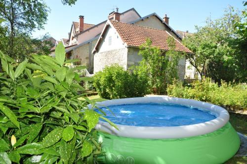 . Maison de 2 chambres a Ornans avec terrasse et WiFi a 50 km des pistes