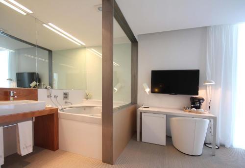 Suite con bañera de hidromasaje Alenti Sitges Hotel & Restaurant 10