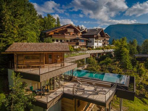 Charmehotel Uhrerhof - Deur - Hotel - St Ulrich / Ortisei