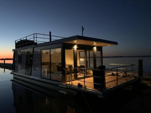 Hotel-overnachting met je hond in Modern houseboat on top location with unobstructed views over the Sneekermeer - Offingawier