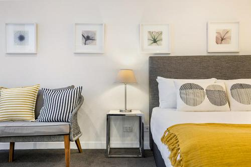 Central Melbourne Studio metres from Dining and Bars