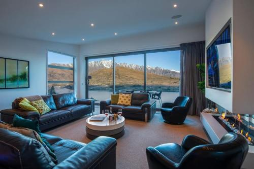 St Lukes Luxury Alpine Dream Home with Hot Tub - Accommodation - Queenstown