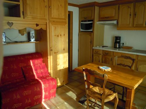 A4 km de Megève très joli studio avec jacuzzi ,vue sur les montagnes au calme - Hotel - Praz sur Arly