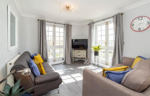 . The Boulevard - Stunning 3 Bedroom Apartment With Free Parking