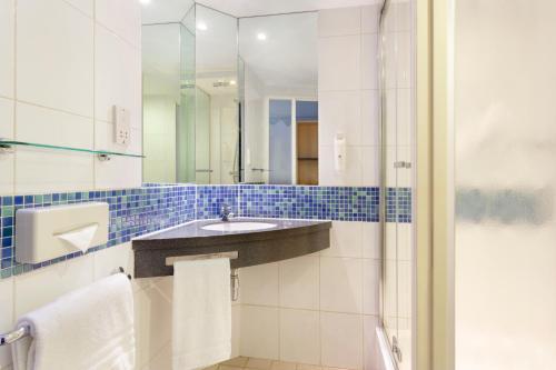 Holiday Inn Express Park Royal, an IHG Hotel - image 5