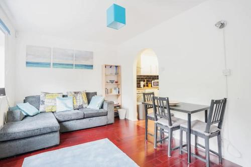 Homely 2 Bedroom House By Canary Wharf