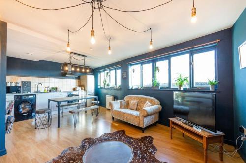 Contemporary 2 Bedroom Midland Mews Apartment