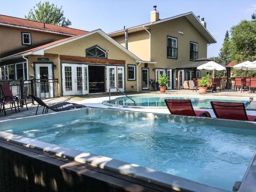 Le Montagnard, Auberge Hôtel & Chalets - Hotel - Sutton