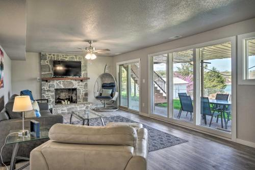 Chic Lakefront Home with Deck, Less Than 1 Mi to Marina - Shell Knob, Missouri