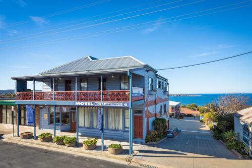 . Heritage House Motel & Units