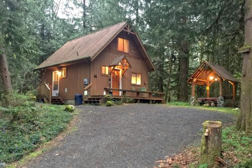 Mt. Baker Lodging - Cabin #67 - Private 2-story cabin with a private hot tub! - Chalet - Maple Falls