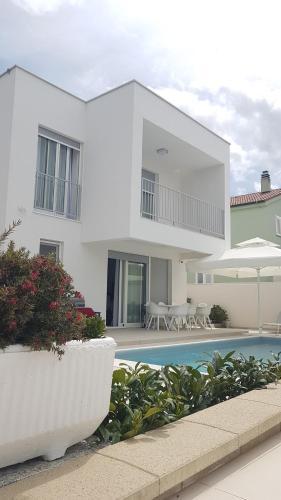 Villa Teuta-modern house with heated pool