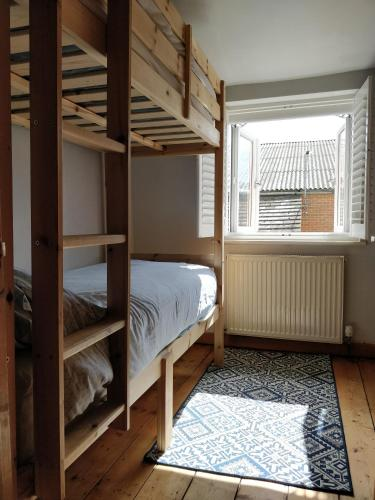 Private Town Centre House Sleeps 4 Comfortably