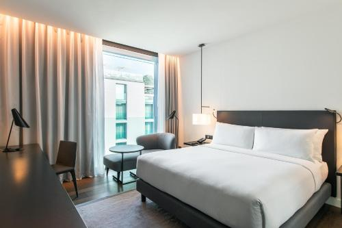 Deluxe King Room with Courtyard View