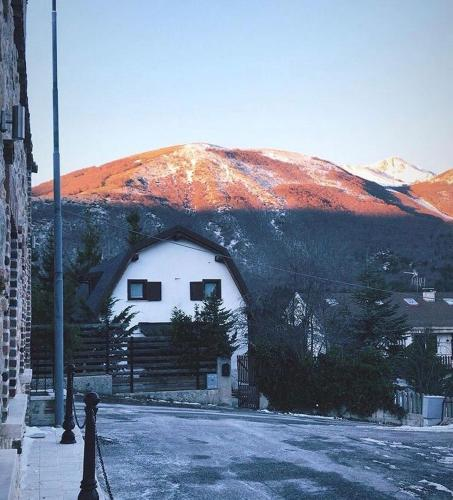 tipica baita con vista sul monte magnola - Hotel - Ovindoli