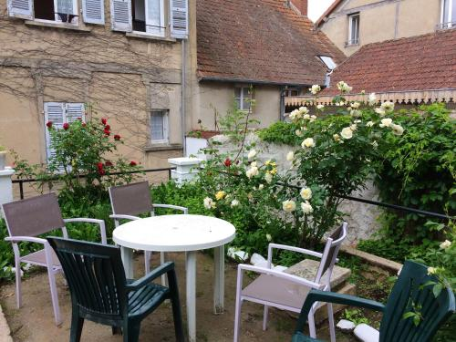 Apartment with one bedroom in Neris les Bains with enclosed garden and WiFi - Location saisonnière - Néris-les-Bains