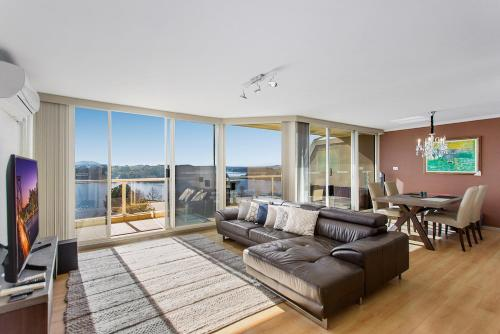 Beautiful 2-Bed Unit with BBQ Balcony and Lake Views - Apartment - Belconnen